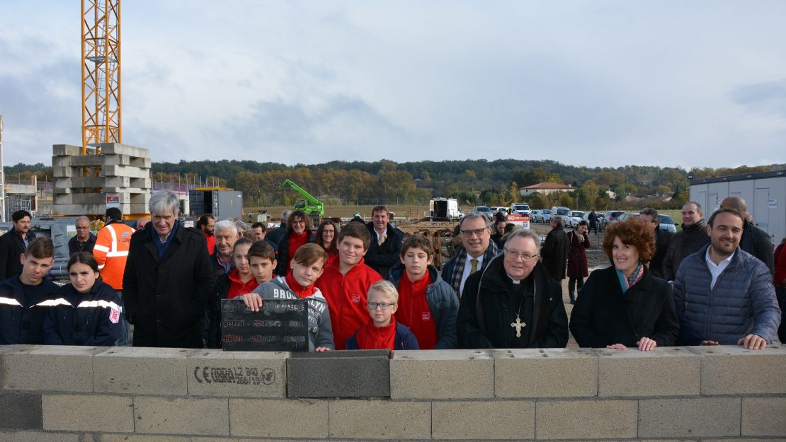 Acte symbolique de pose de la 1ère pierre du collège Sainte-Claire en présence des jeunes et des officiels